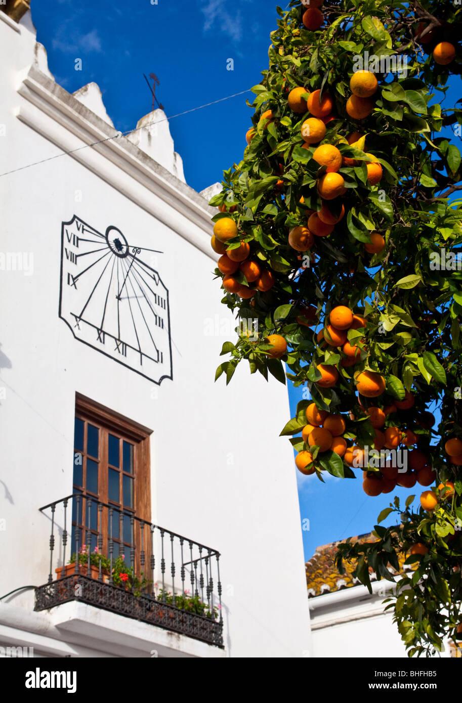 """Suncial sul balcone a 'La Plaza de los Naranjos"""" (Marbella Costa del Sol) - Andalusia, Spagna Immagini Stock"""
