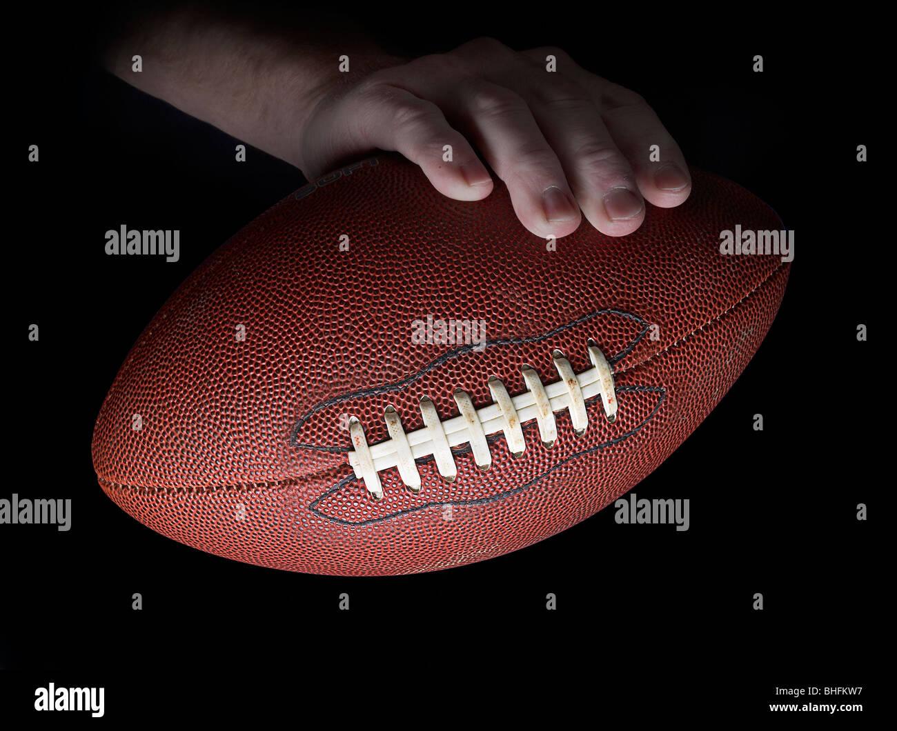 Mano che tiene il football americano Dettaglio, STATI UNITI D'AMERICA Immagini Stock