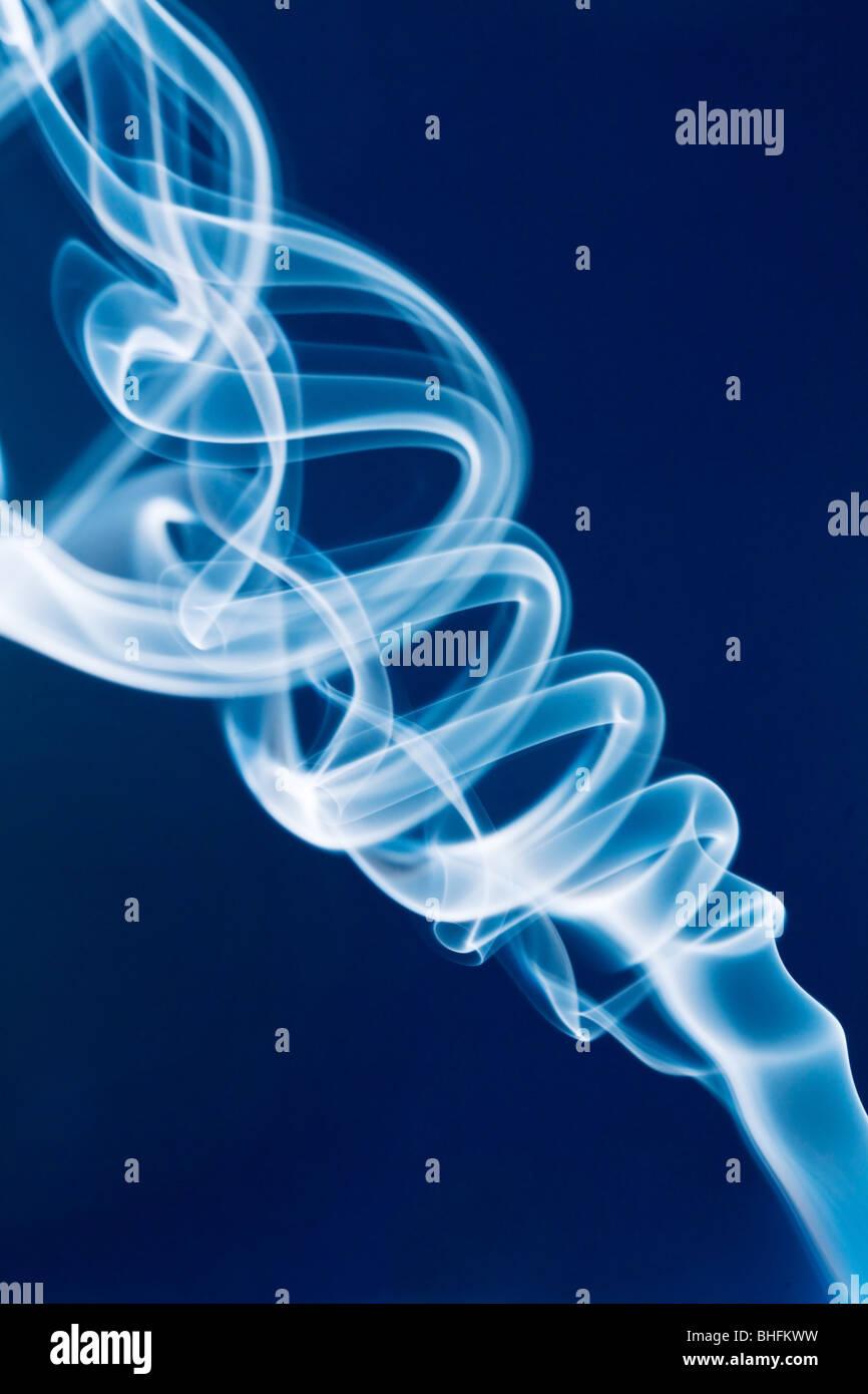 Getto di fumo bianco contro uno sfondo blu Immagini Stock