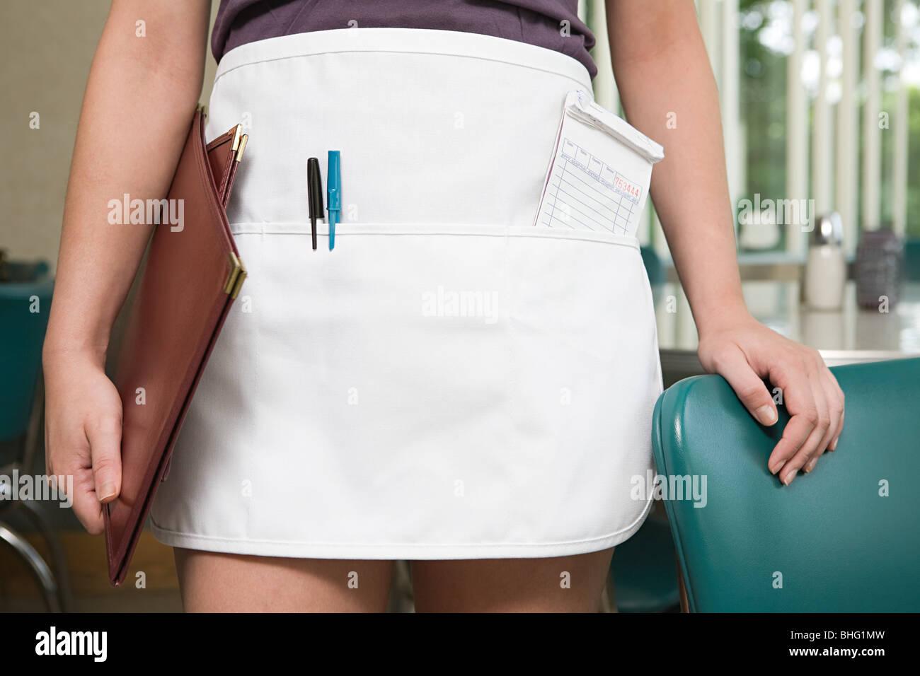 Immagine ritagliata di una cameriera Immagini Stock