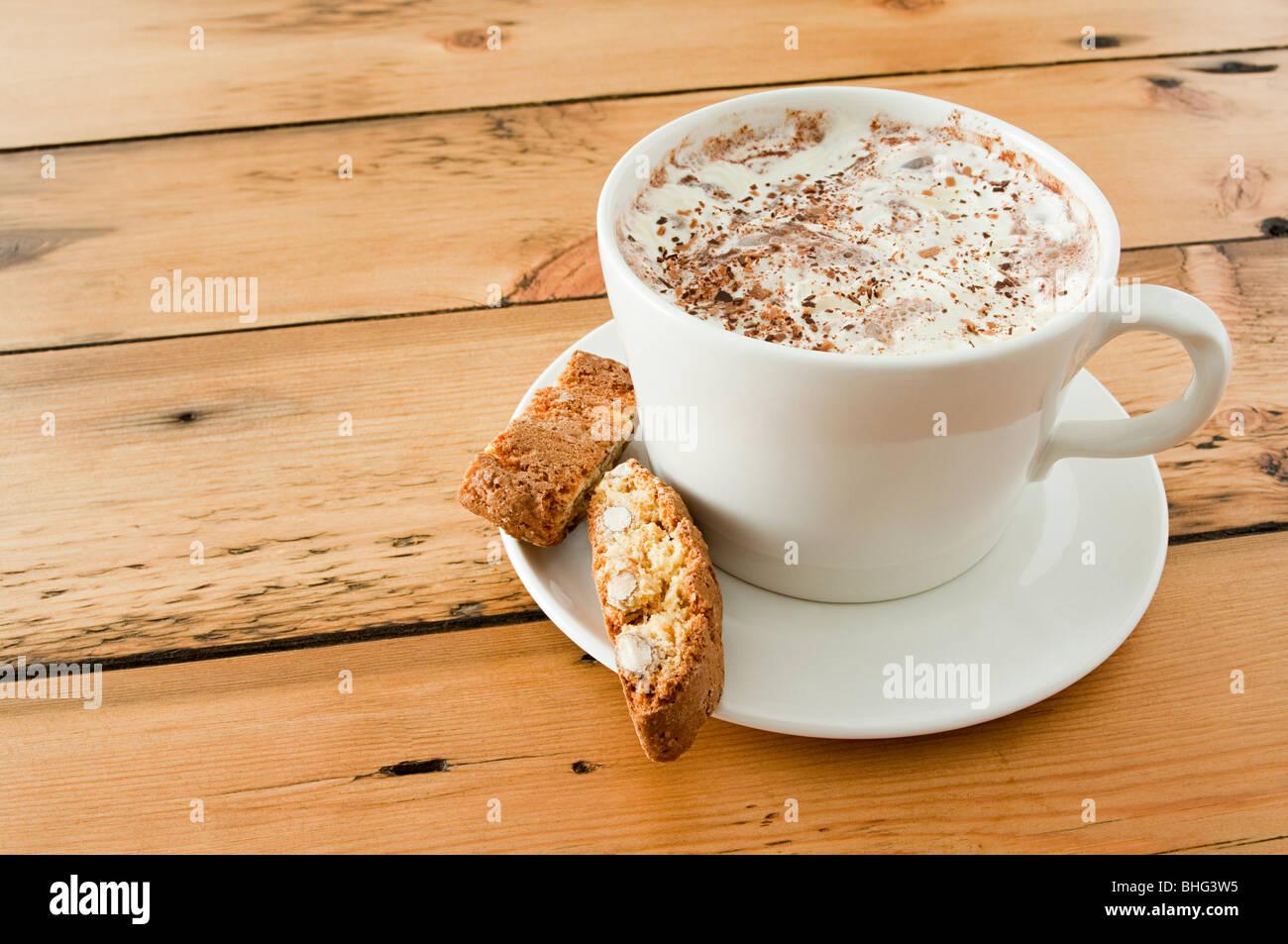 Il Cappuccino e biscotti Foto Stock