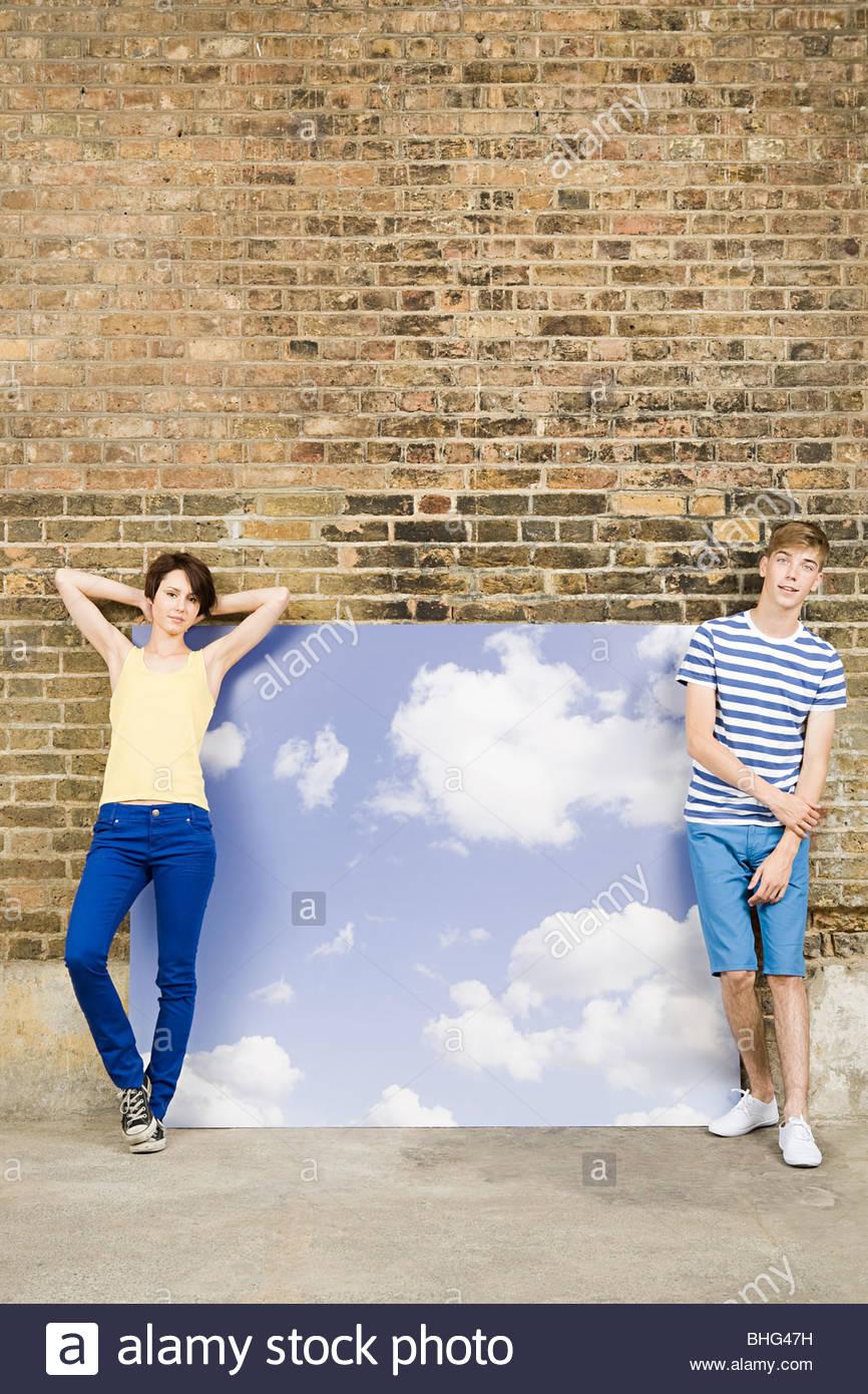 Coppia giovane con sky e sfondo cloud Immagini Stock