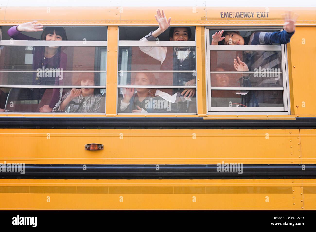 I bambini sul bus di scuola Immagini Stock