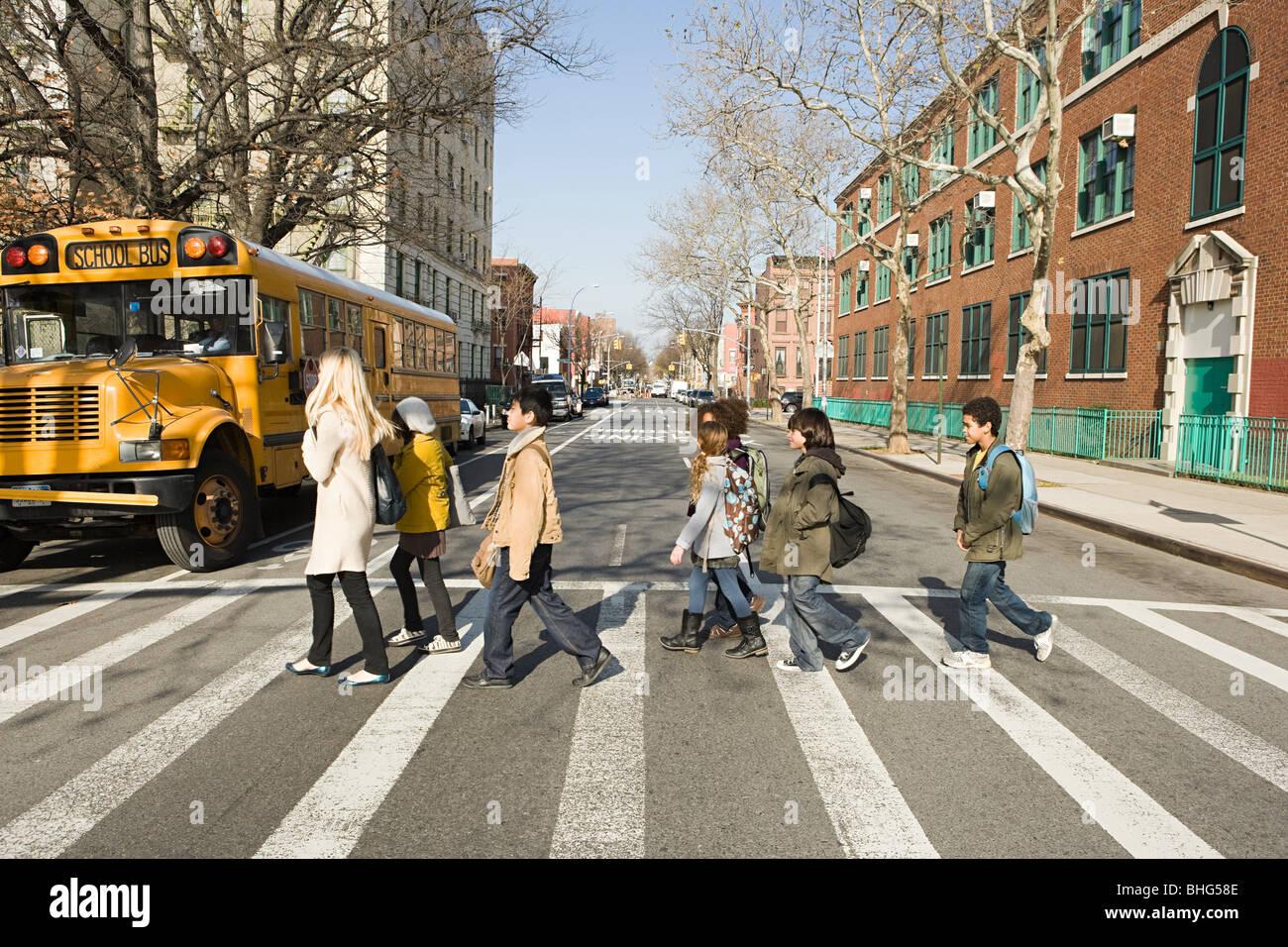 Insegnanti e alunni della strada di attraversamento Immagini Stock