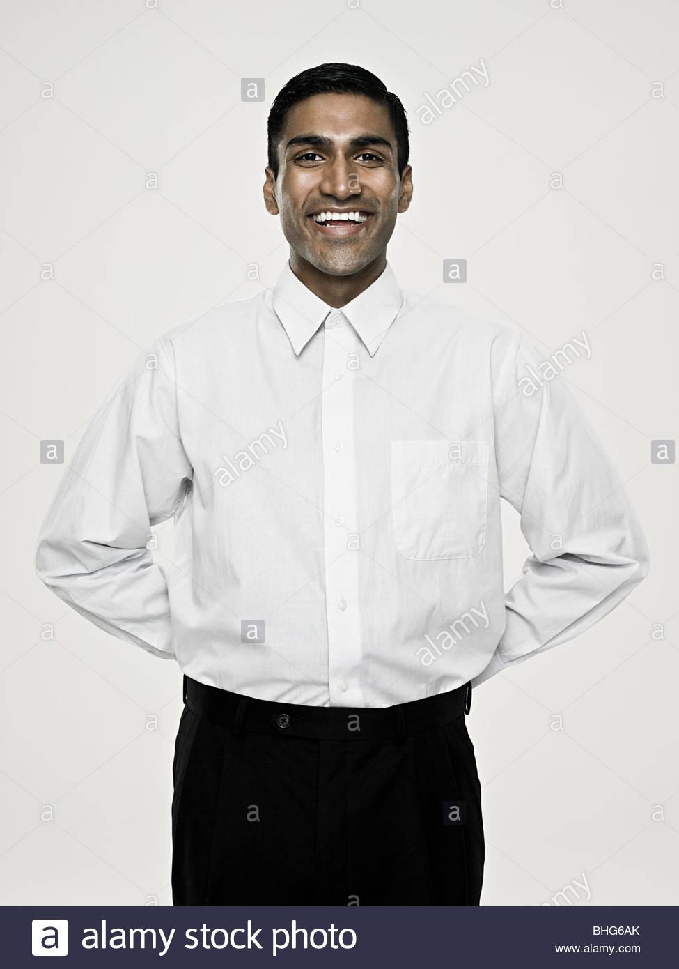 Sorridente uomo asiatico con le mani dietro la schiena Immagini Stock