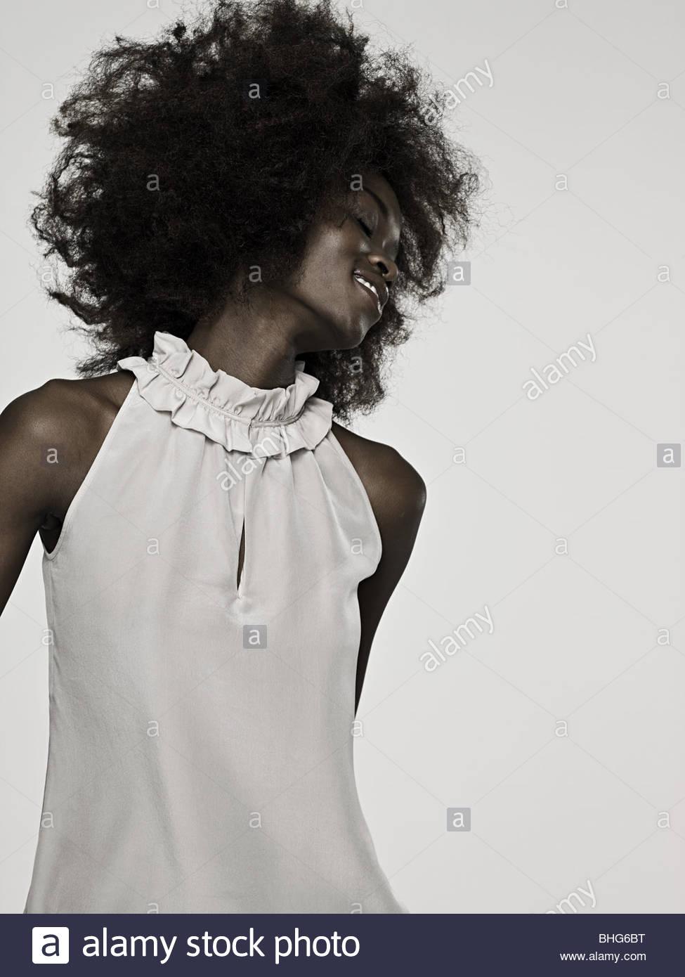 Bella giovane donna con una danza afro Immagini Stock