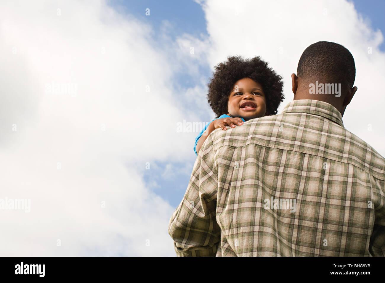 Baby essendo portati dal padre Immagini Stock