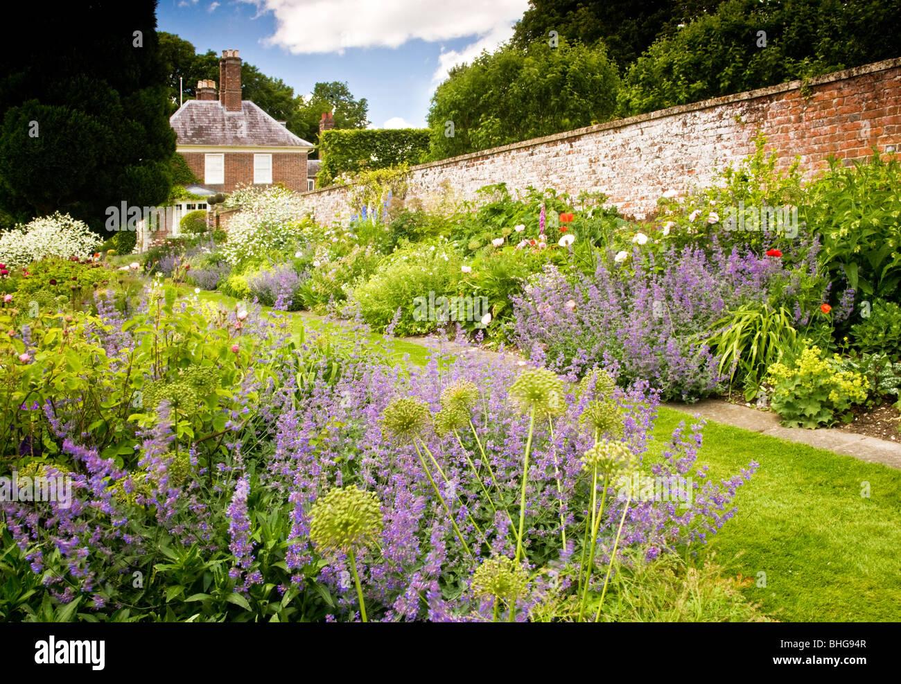 Vista di piante erbacee perenni aiuole in estate nel giardino di