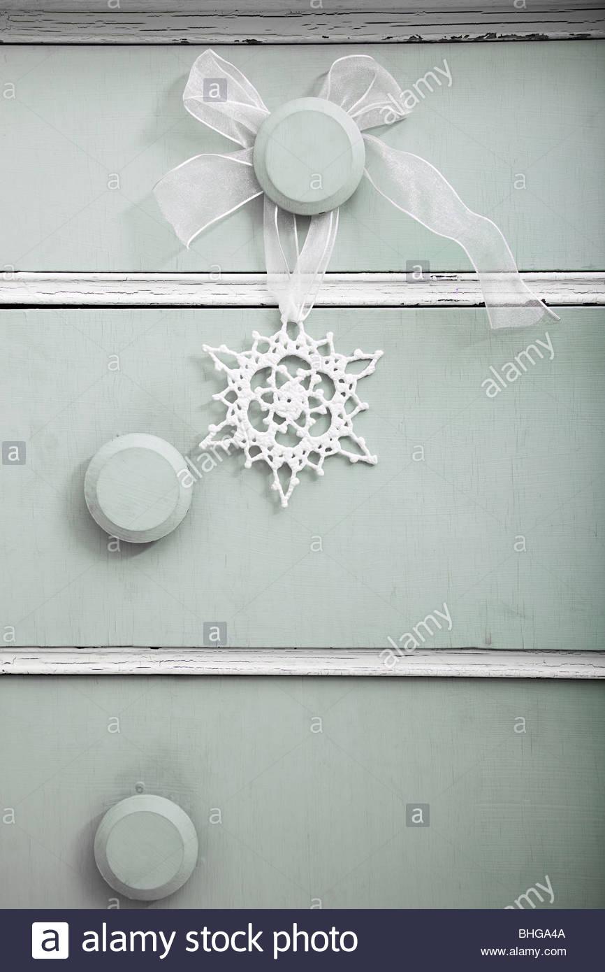 Il simbolo del fiocco di neve decorazione sul comò Immagini Stock