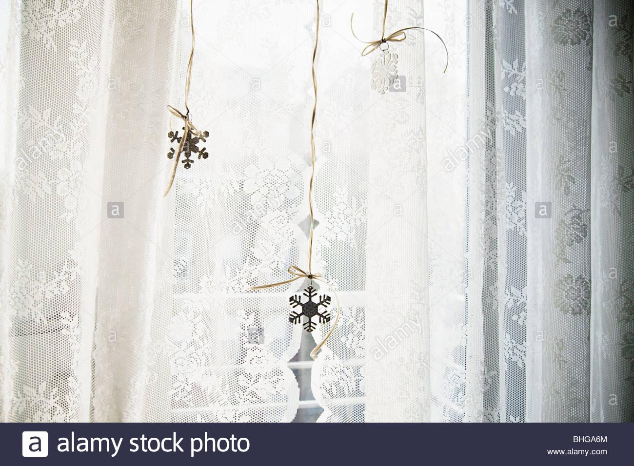 Il simbolo del fiocco di neve con decorazioni in vetro Immagini Stock