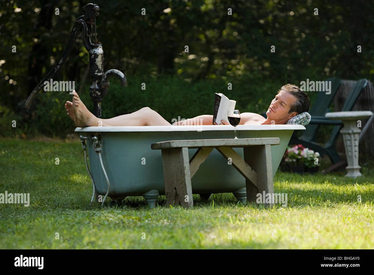 Vasca Da Bagno Esterna : L uomo nella vasca da bagno esterna foto & immagine stock: 28019348