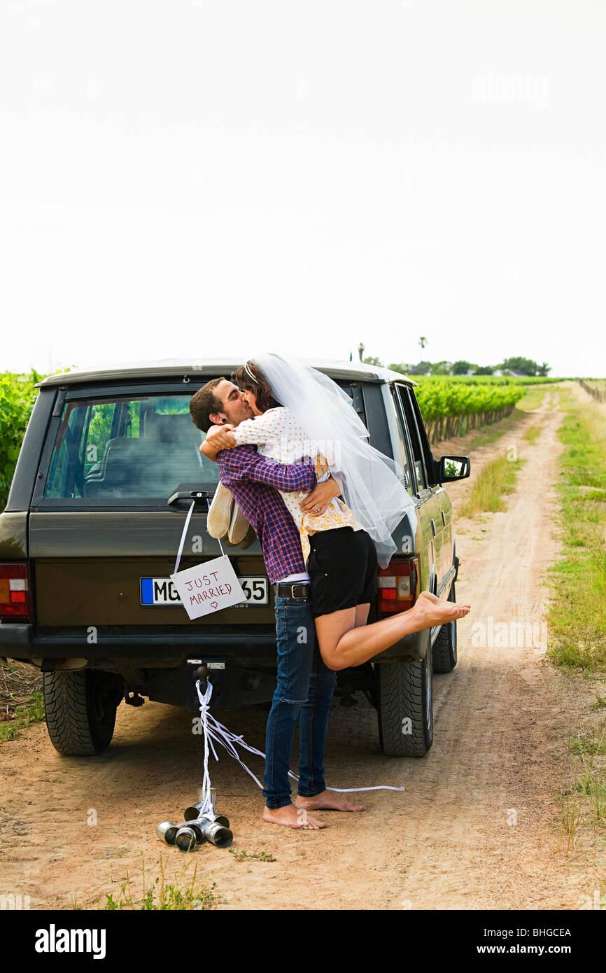 Sposa giovane baciare dal veicolo Immagini Stock