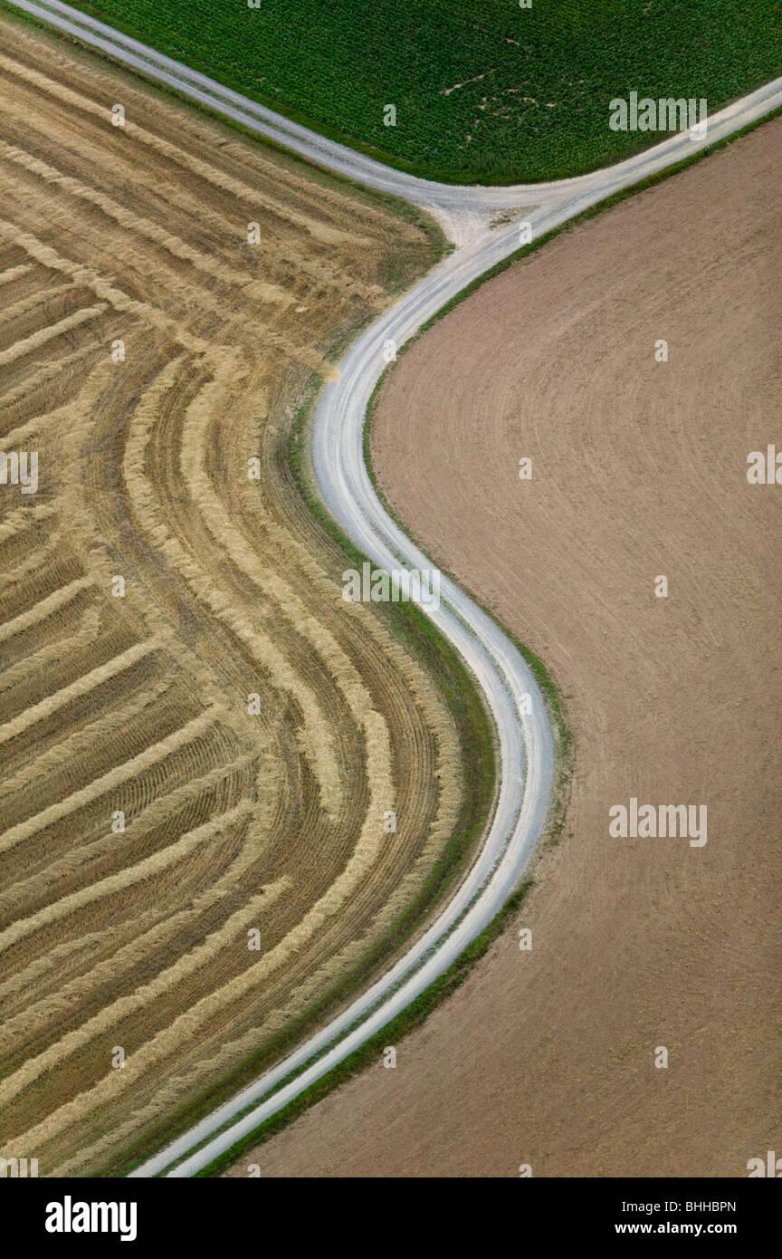 Strade con fondo in ghiaia nel distretto agricolo, vista aerea, Skane. Immagini Stock