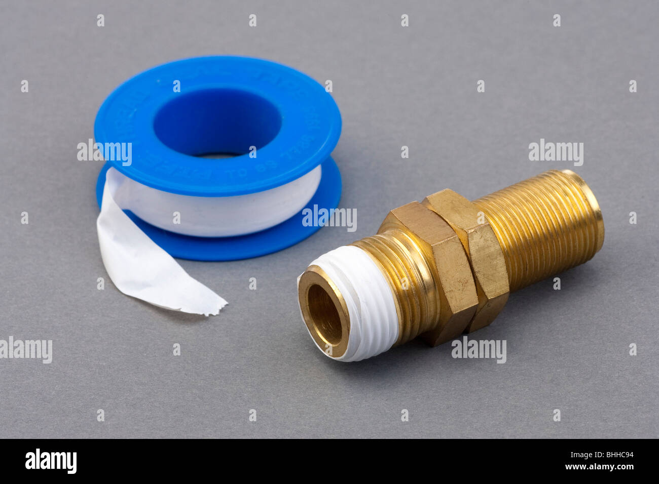 Il PTFE del nastro di teflon usato per sigillare il tubo filettato i connettori Immagini Stock