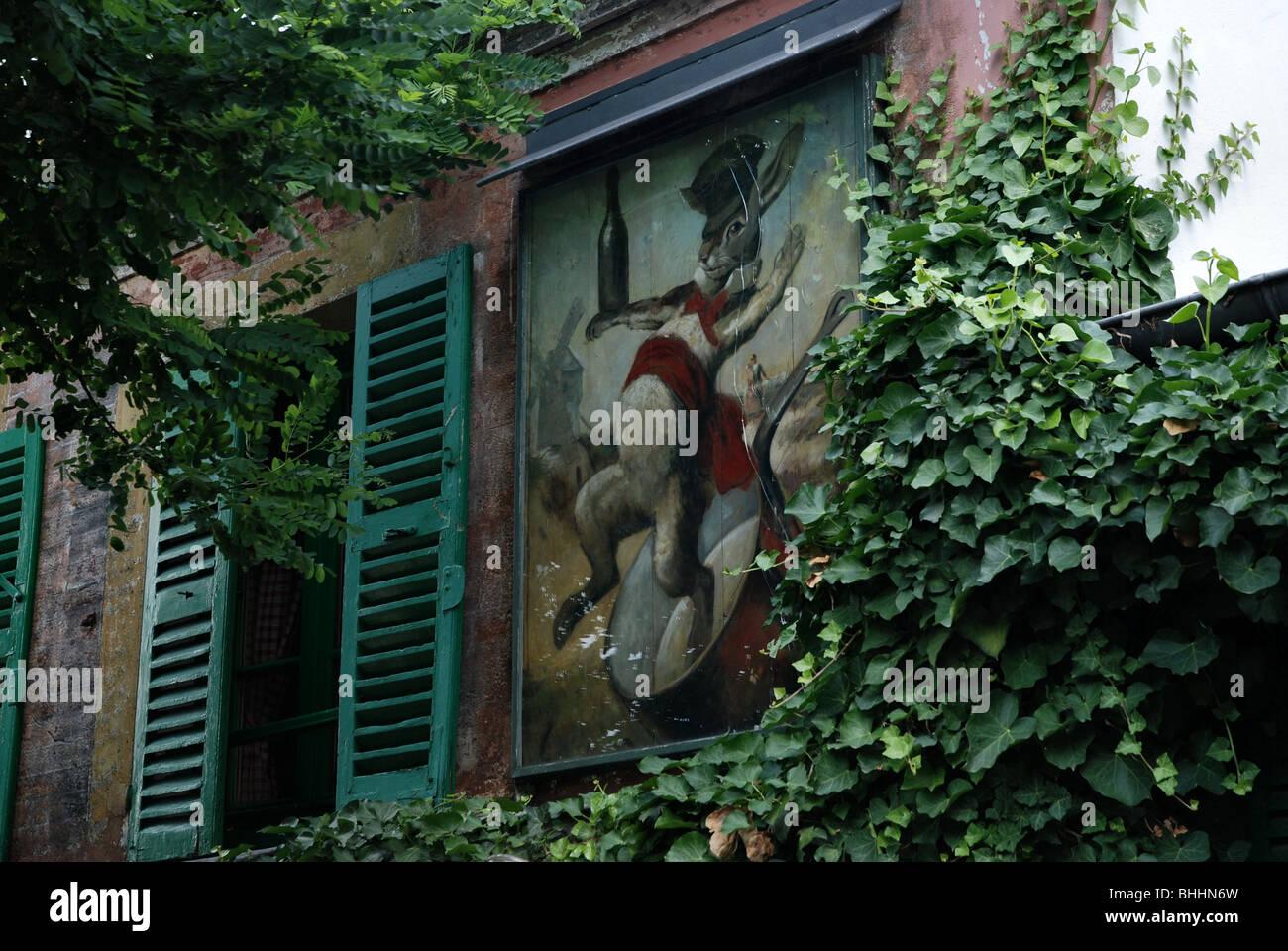 La pittura di un coniglio (lapin in francese) sulla parete di 'au Lapin Agile' Cabaret a Montmartre, Parigi Immagini Stock