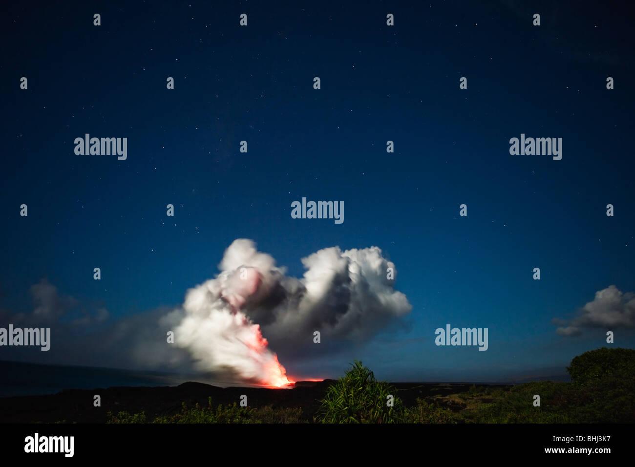 La cenere e la nube di vapore da flusso di origine vulcanica Immagini Stock