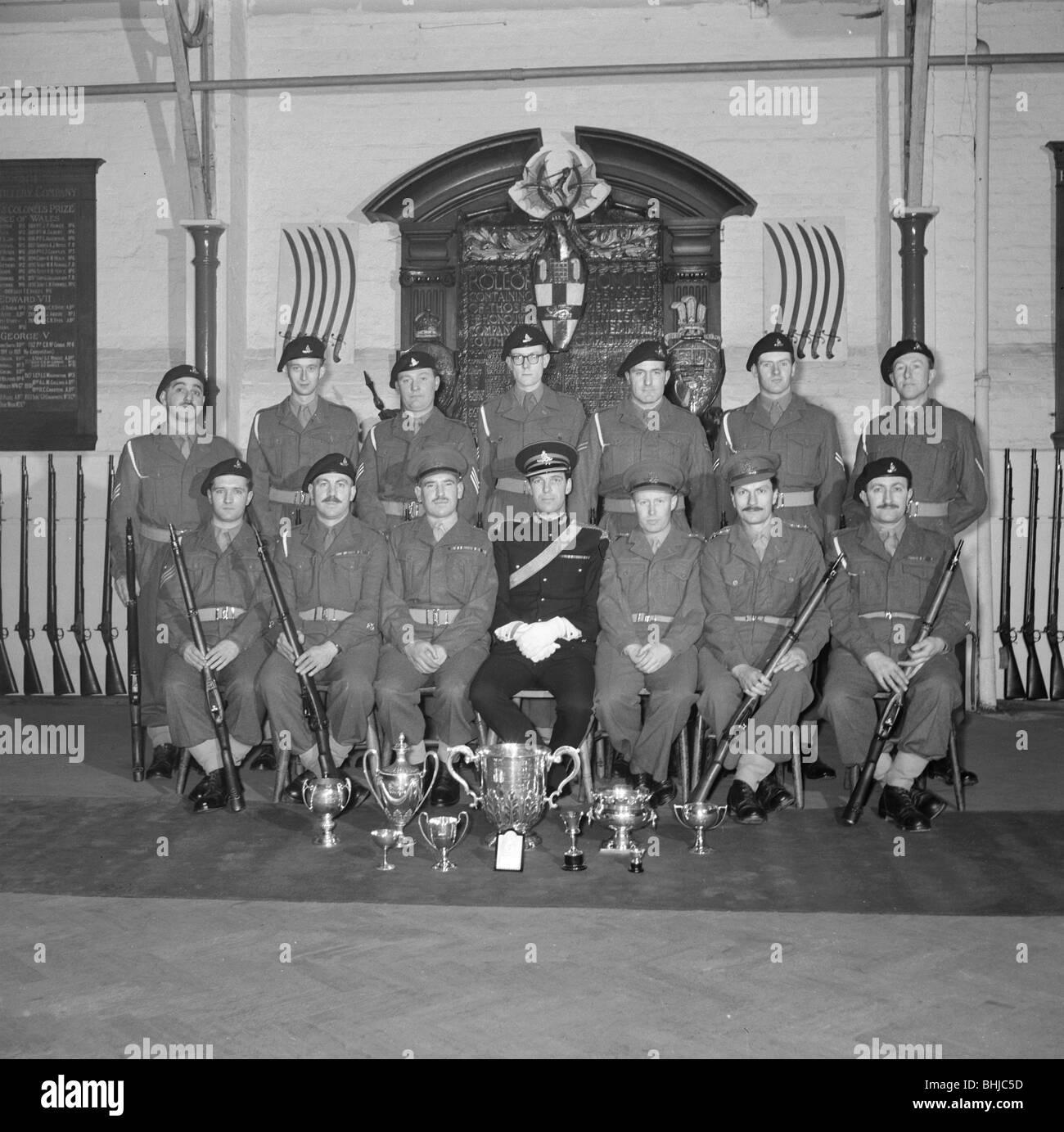 I soldati e i loro officer di fronte all'Onorevole Compagnia di Artiglieria's War Memorial, C1945-c1965. Immagini Stock