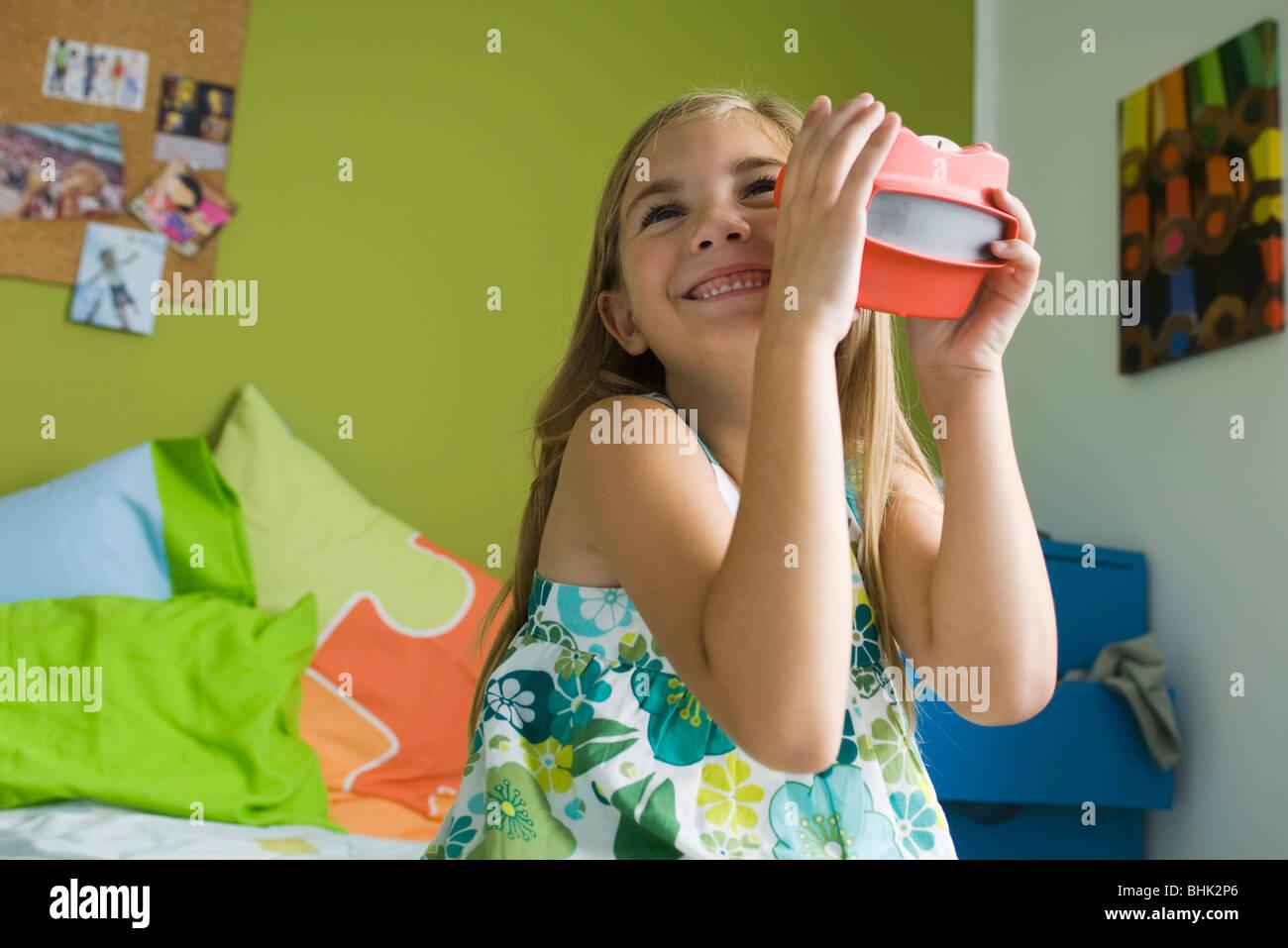 Ragazza che gioca con il mirino del giocattolo Immagini Stock
