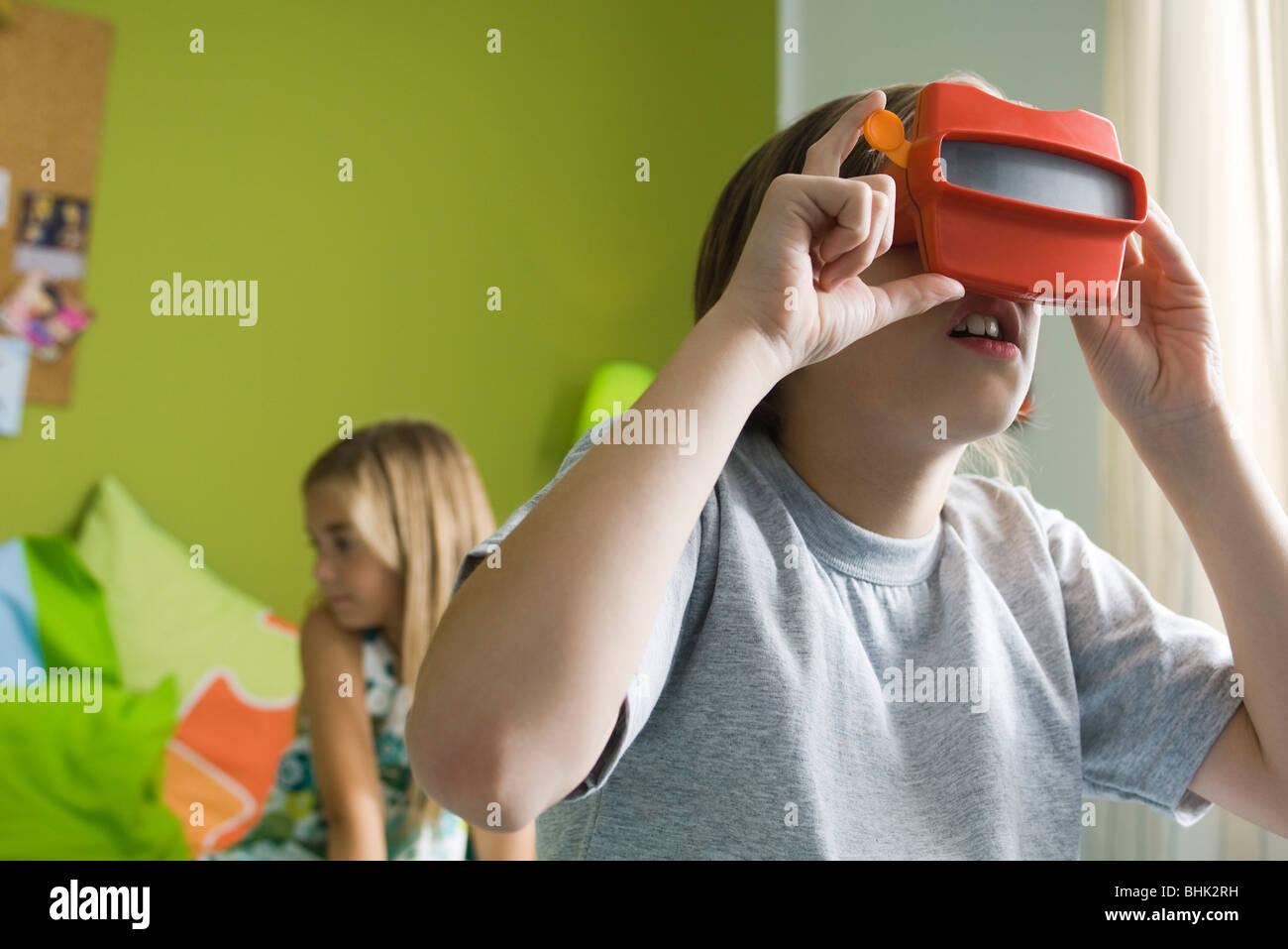 Ragazzo che guarda attraverso il mirino del giocattolo Immagini Stock