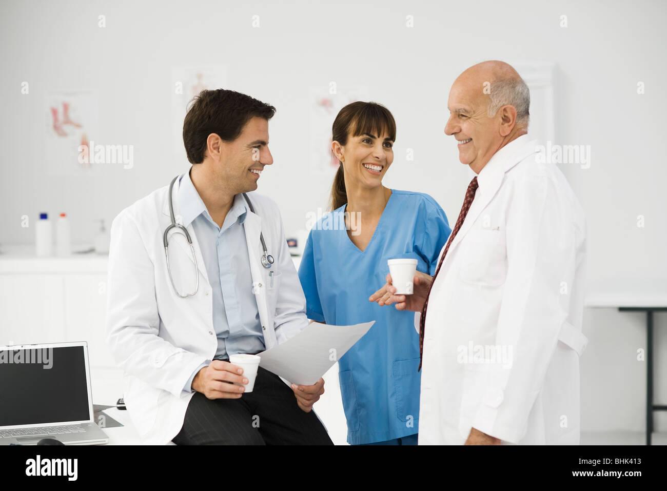 I professionisti medici insieme in pausa Immagini Stock