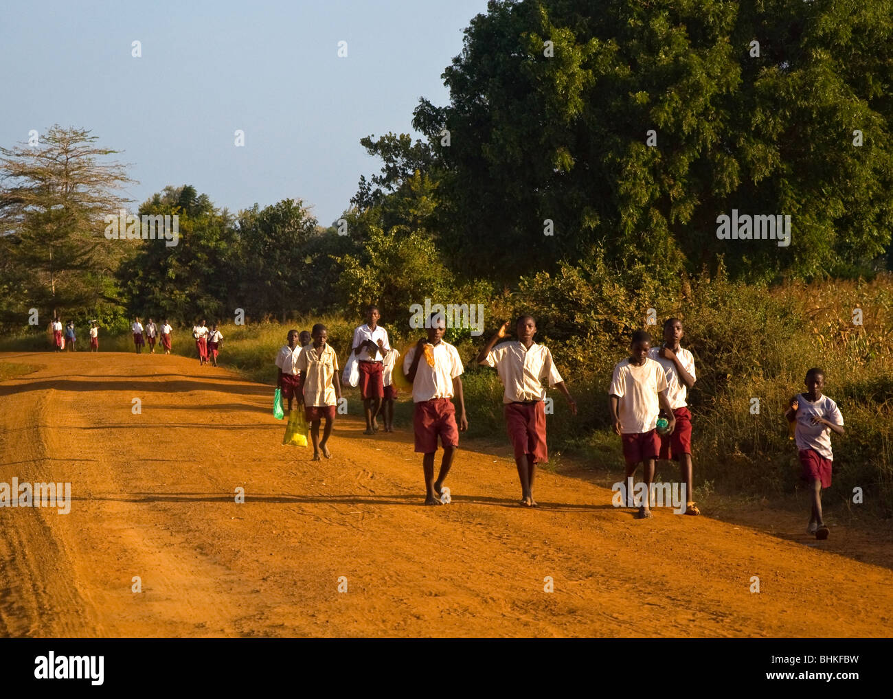 La gente camminare home, Malindi in Kenya, Africa Immagini Stock