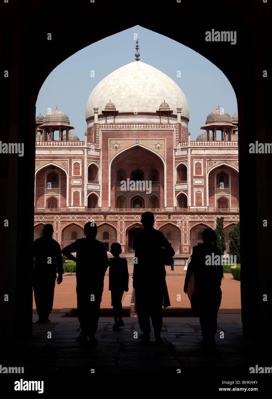 India Haryana New Delhi Visitor stagliano sotto il portale di ingresso per la tomba di Humayun Immagini Stock
