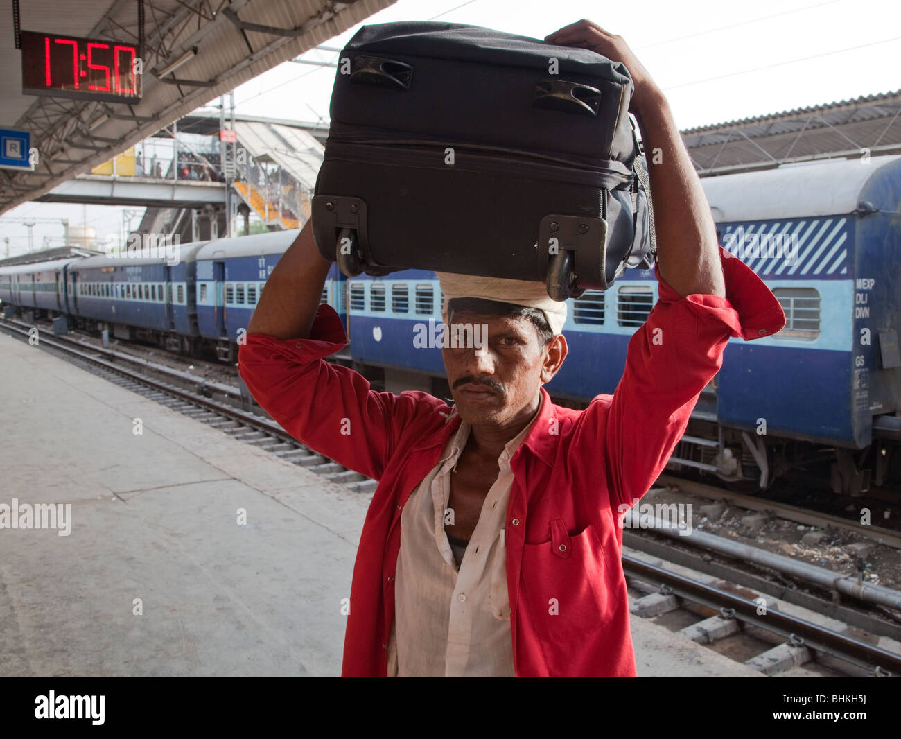 India Haryana Ferroviaria di New Delhi Porter Immagini Stock