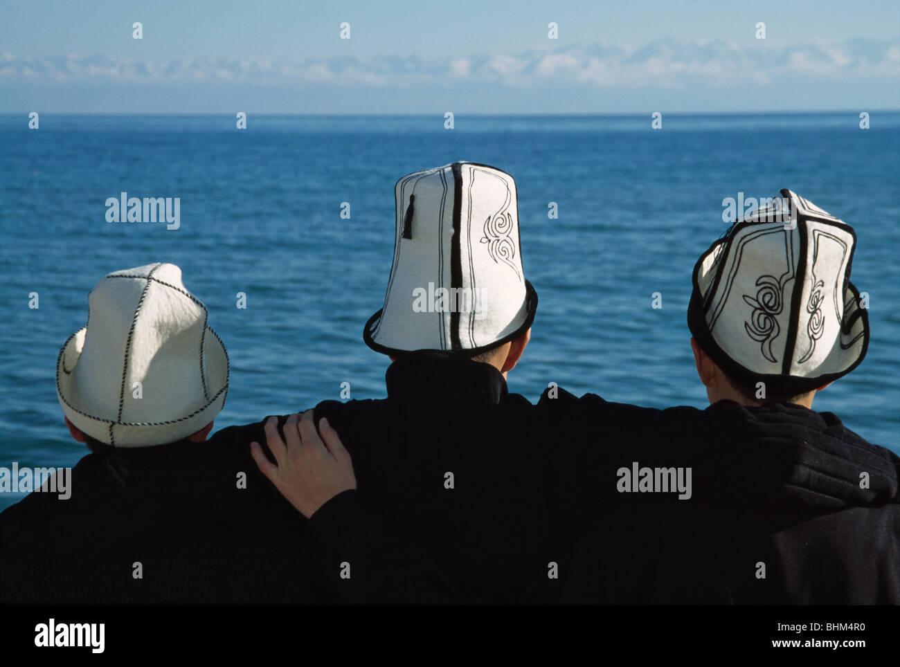 Gli uomini del Kirghizistan indossando il tradizionale cappello in feltro 493c4414cada