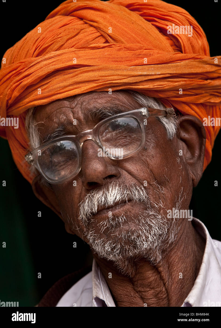 Un rivestito in maniera colorata Rajput uomo nel Sardar Bazar nel centro della città di Rajasthani di Jodhpur, Immagini Stock