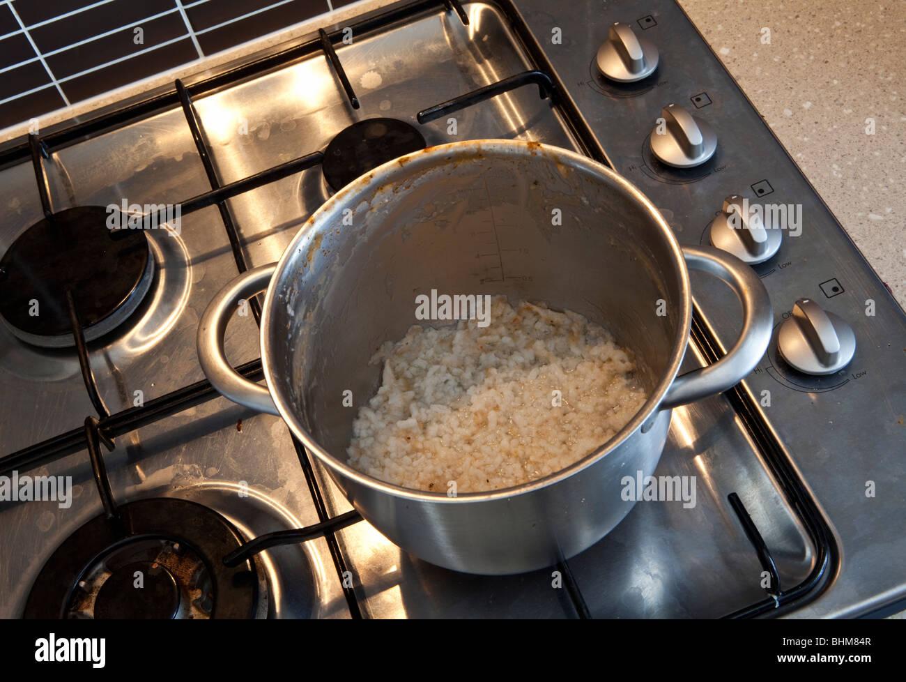 Avanzi di riso incrostato su una padella Immagini Stock