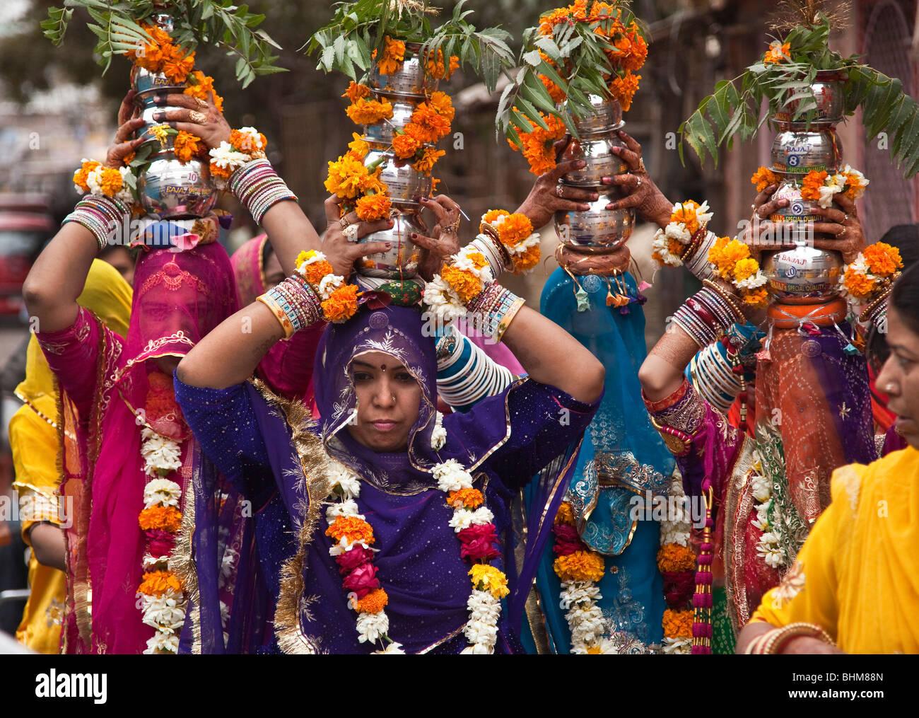 Rivestito in maniera colorata Rajput donna ad una cerimonia di nozze al Sardar Bazar nel centro della città Immagini Stock
