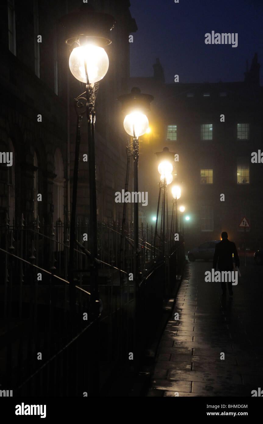 Edimburgo lampade di strada in caso di nebbia, Scotland, Regno Unito Immagini Stock