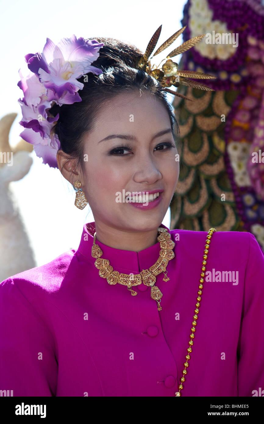 Fiore esposizione, donna asiatica ritratto arte floreale decorato al giorno, abbaiato, sfilata di carri mostra e fiori colorati; 34th Chiang mai Flower Festival. Foto Stock