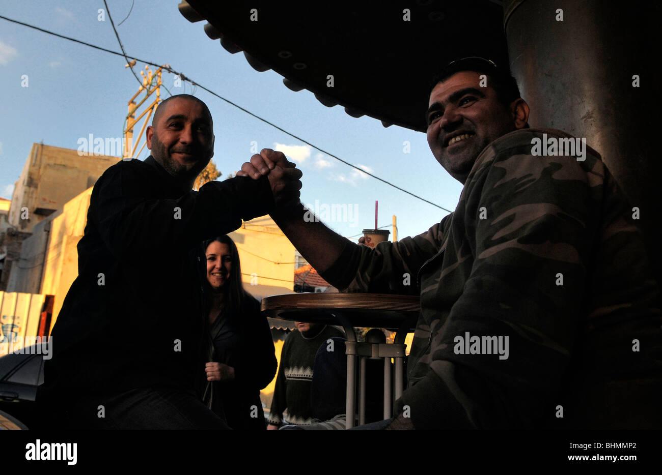 Residenti arabi in Ajami un misto arabo quartiere ebraico a sud di Tel Aviv, Israele Foto Stock
