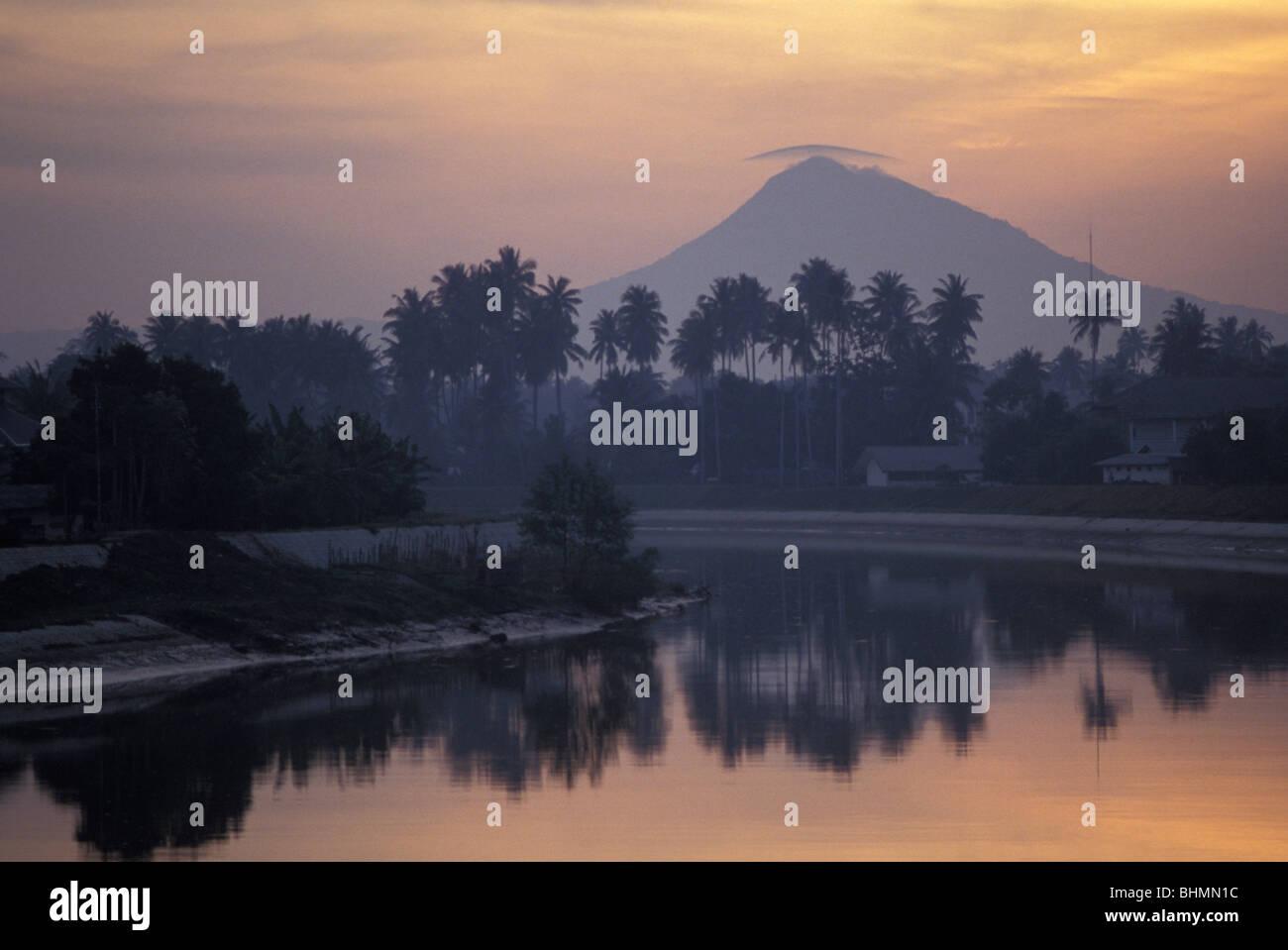 Vista sulla laguna e montagna fuori Banda Aceh sull isola di Sumatra Indonesia più grande del mondo di nazione Immagini Stock