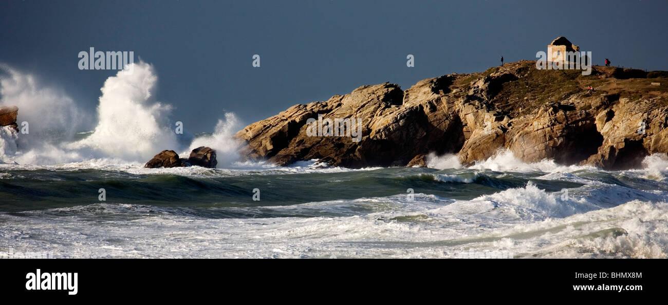 Onde che si infrangono sulla spiaggia rocciosa durante la tempesta di mare in inverno, Côte Sauvage, Quiberon, Immagini Stock