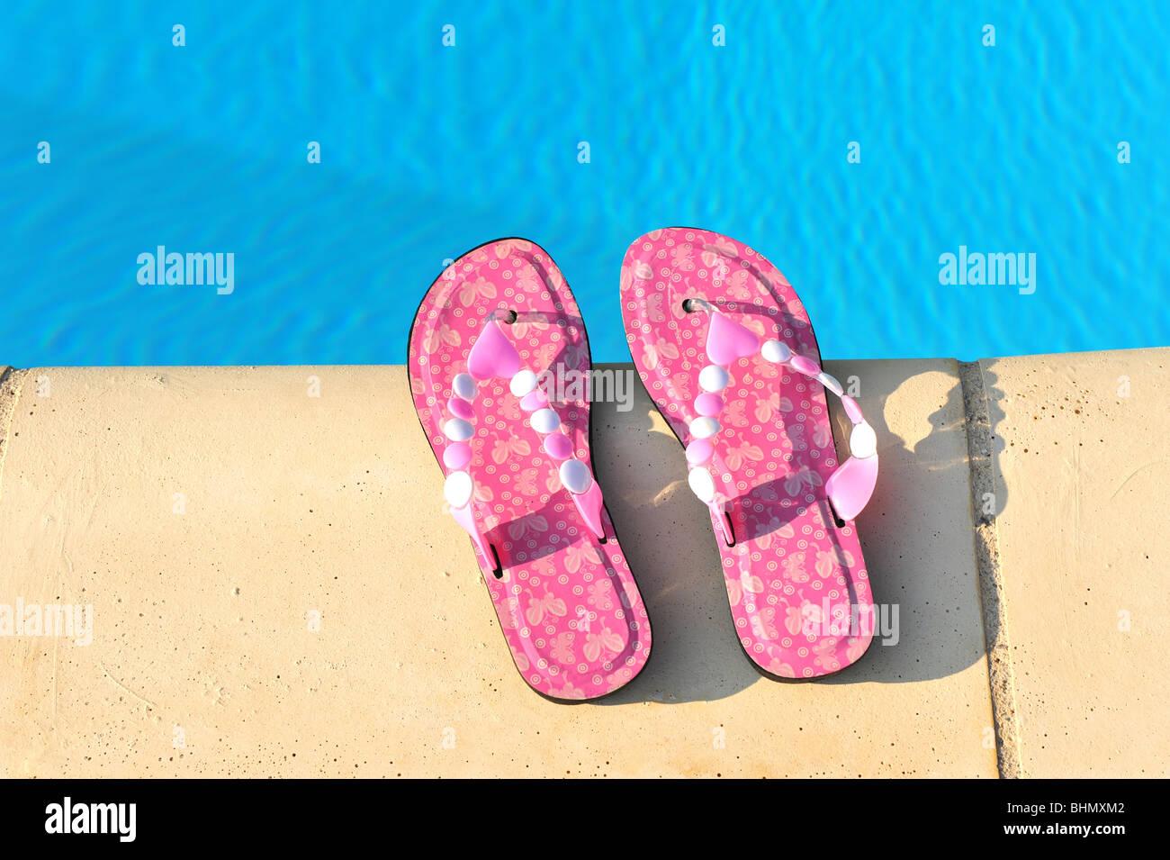 Attraente rosa flip flop sul bordo della piscina. Foto Stock