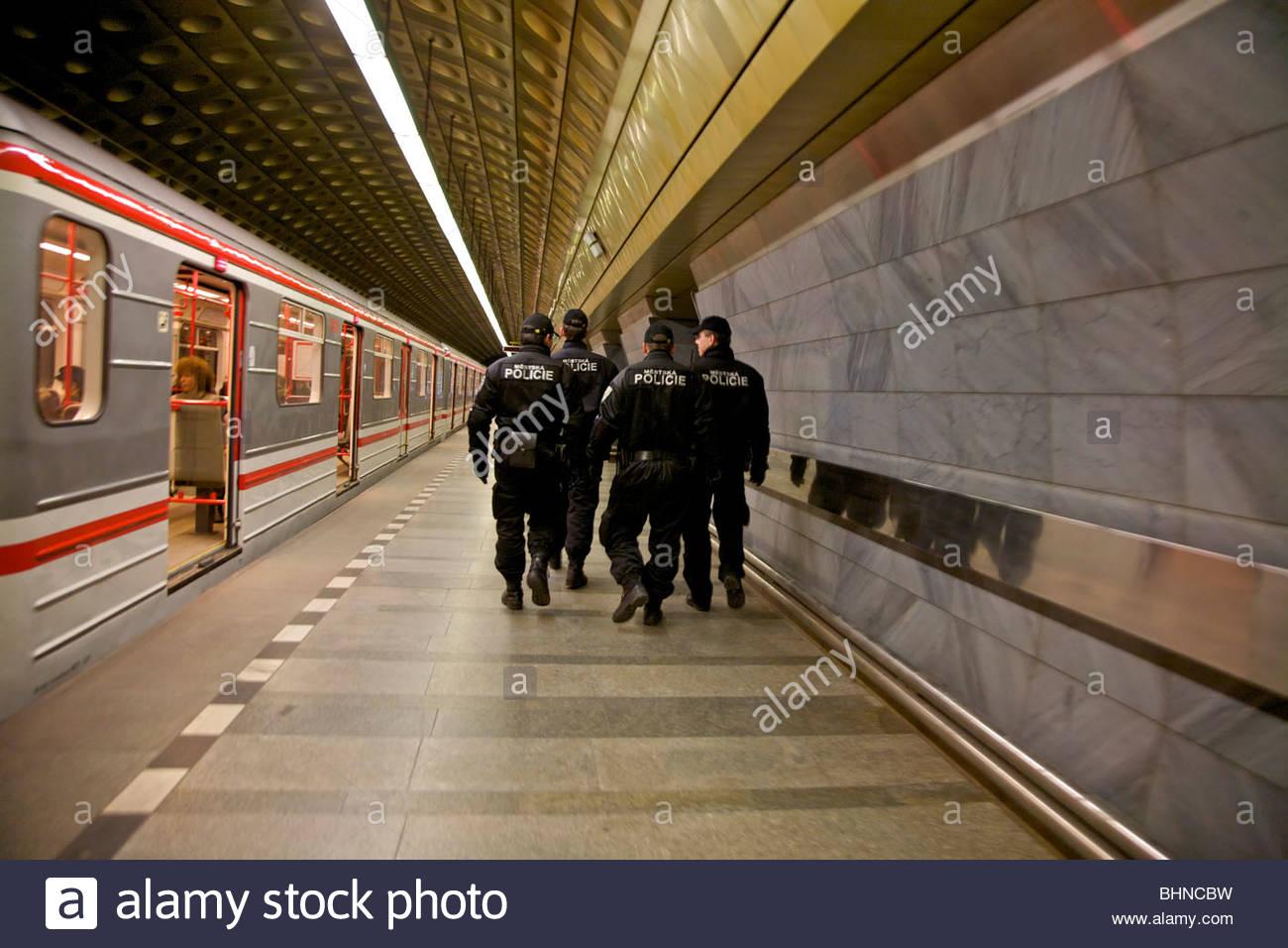 La polizia di Praga nella stazione della metropolitana, Praha, Repubblica Ceca. Immagini Stock