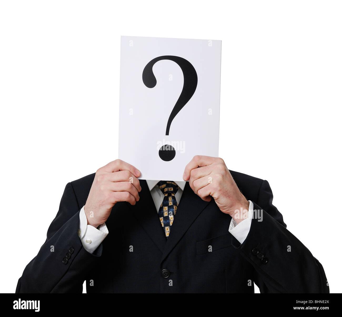 Anonimo imprenditore tenendo un punto interrogativo di fronte al suo volto Foto Stock