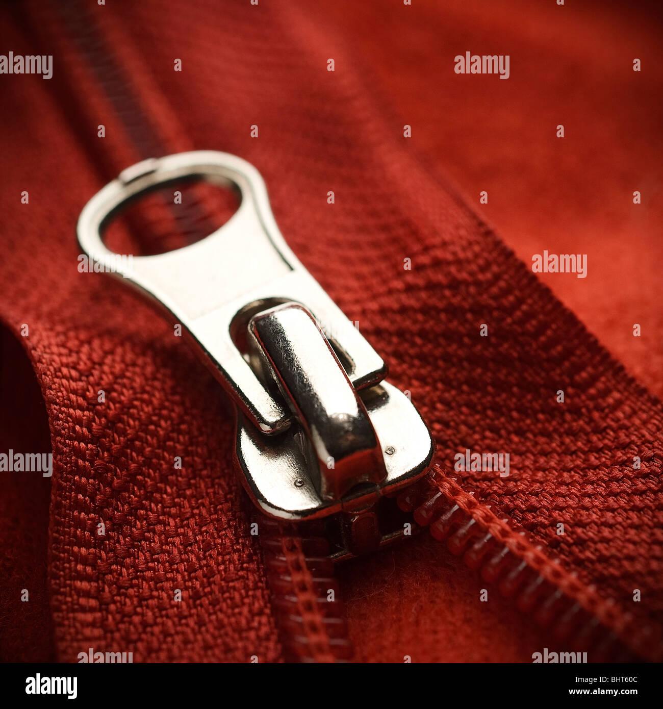 Primo piano di una cerniera lampo rosso Immagini Stock