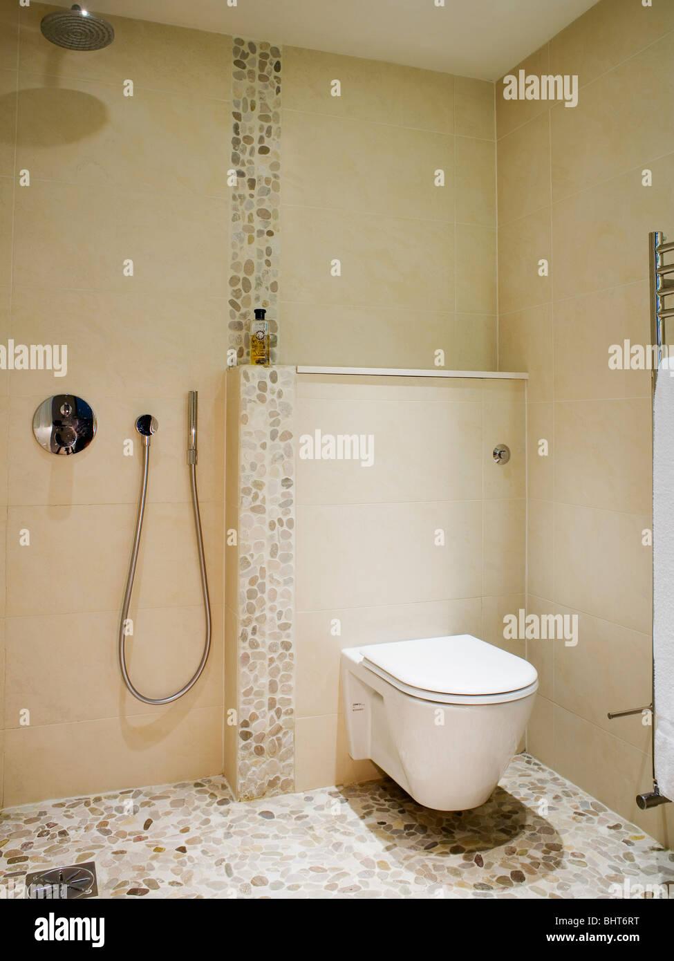 Doccia A Pavimento Con Mosaico.Wc E Doccia In Crema Moderno Wet Camera Con Mosaico Pavimento
