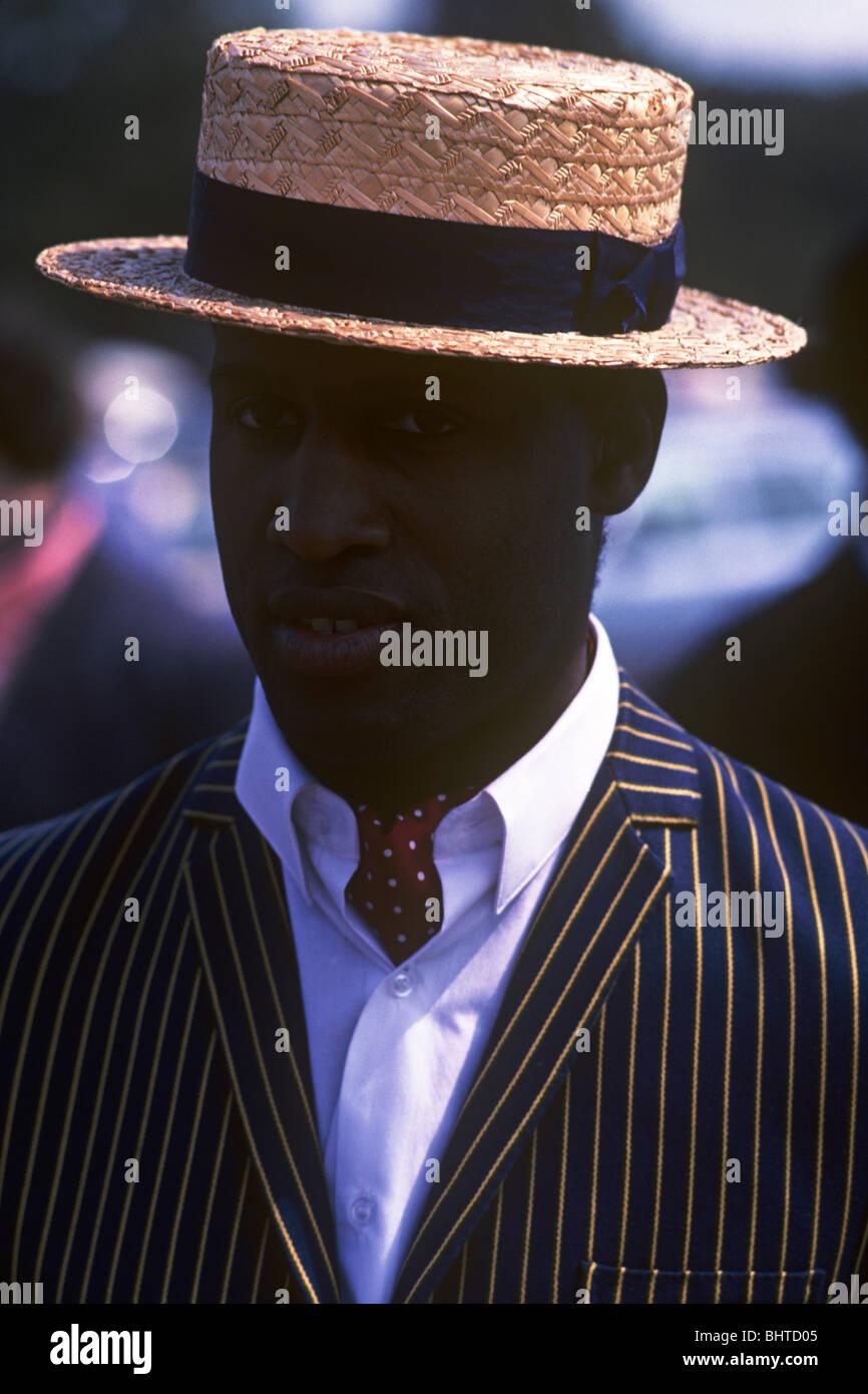 Un ragazzo molto intelligente di afro-caraibica indossa la discesa la quintessenza  Inglese estate cappello di paglia abb9aa06cd2e