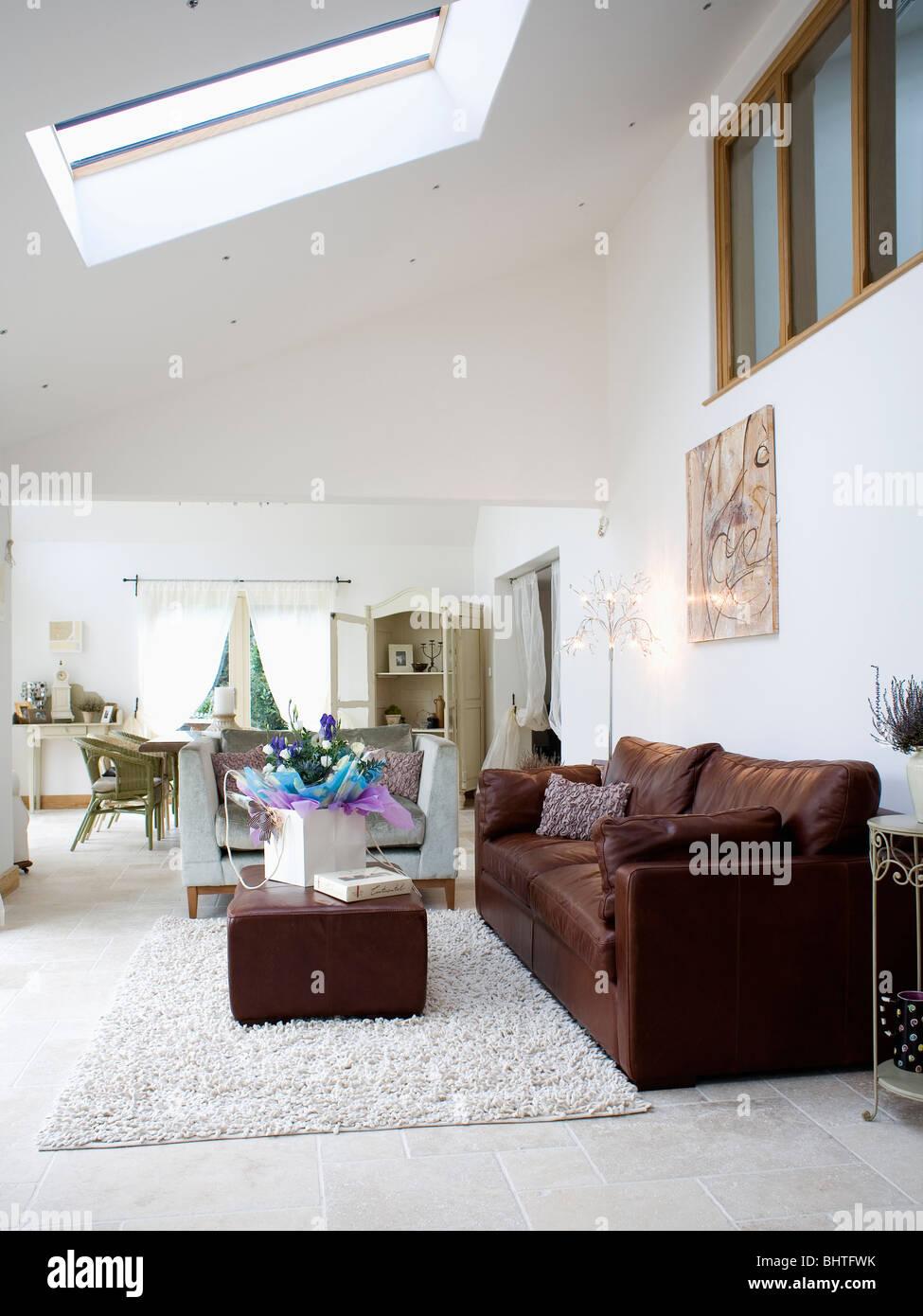 Dimensioni Tappeto Davanti Al Divano divano marrone e pouf in open space soggiorno e sala da