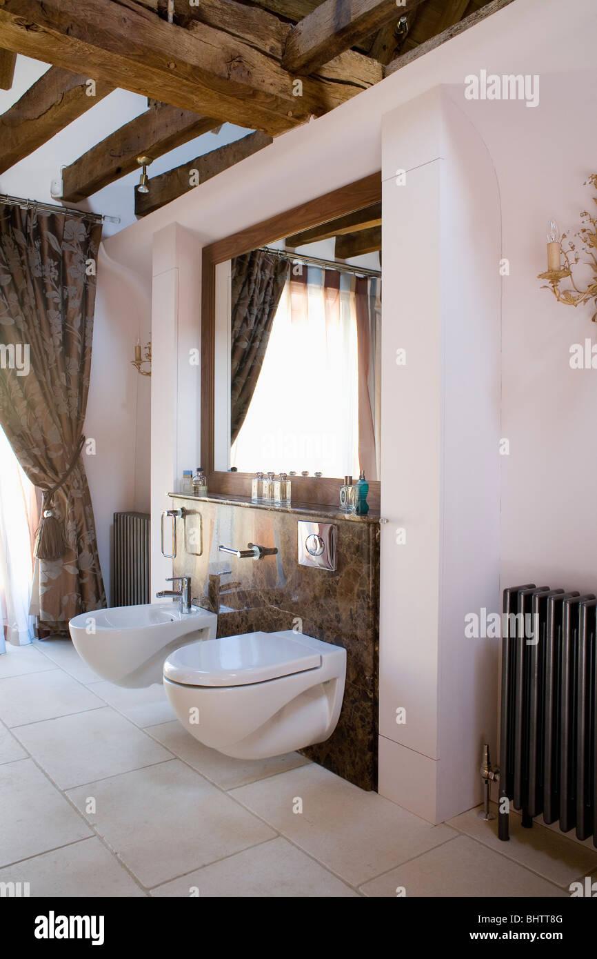 Soffitto Travi A Vista Bianco bidet e wc in moderno bagno bianco con soffitto con travi a