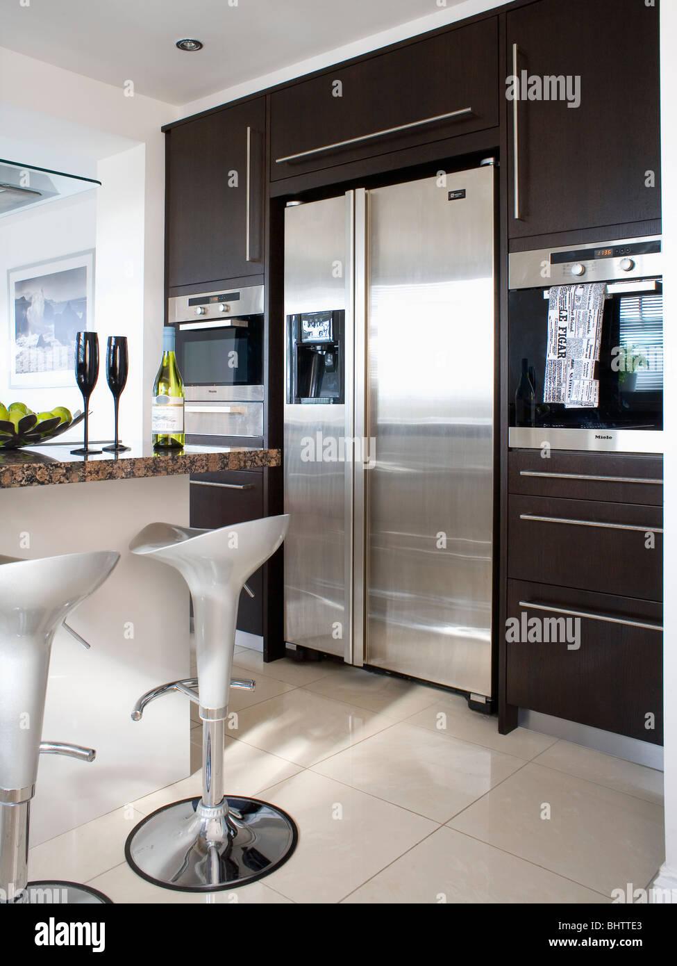 Acciaio Bombo sgabelli in cucina moderna con grande stile ...