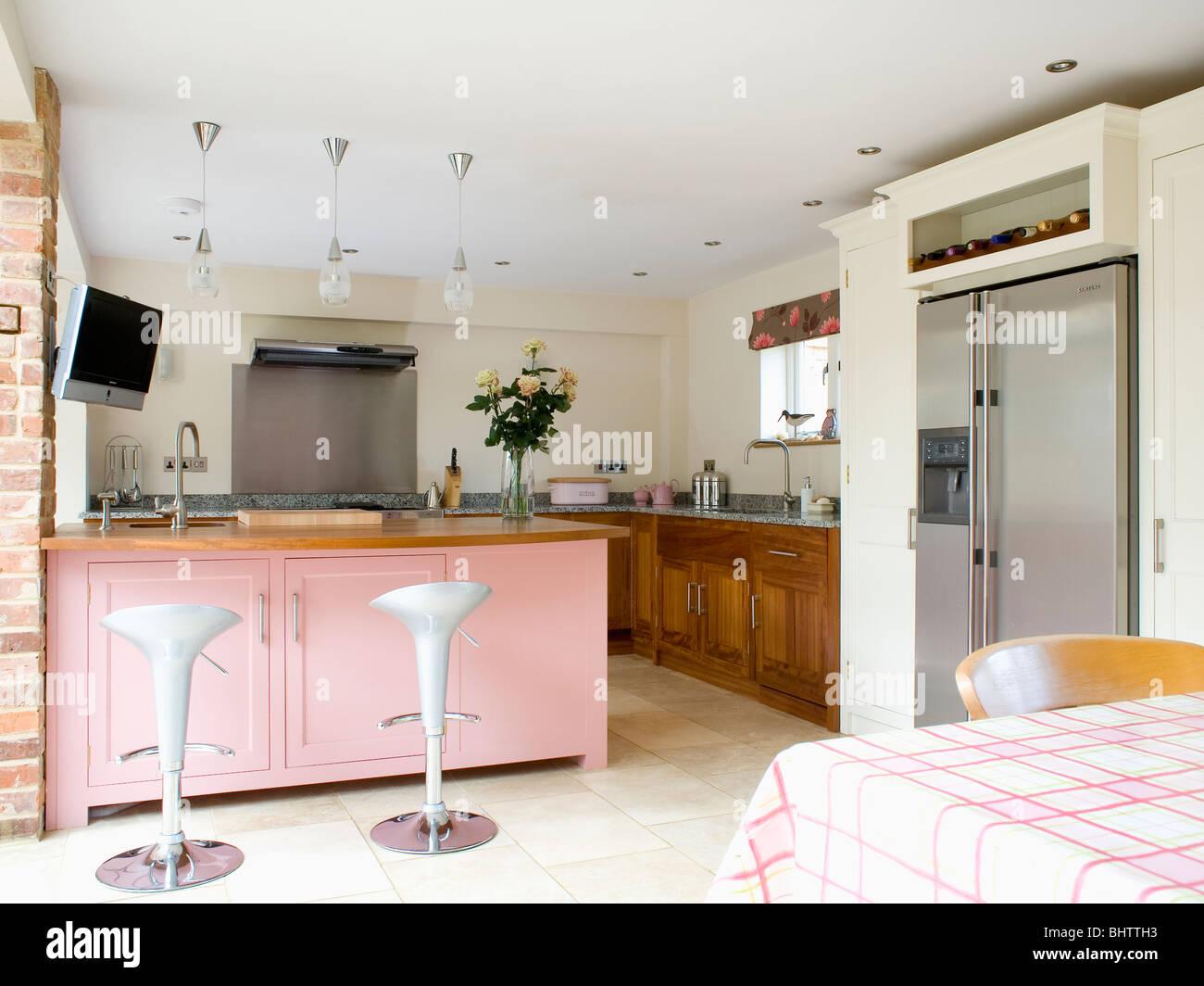 Bombo sgabelli a colazione bar sul rosa pastello unità peninsulare