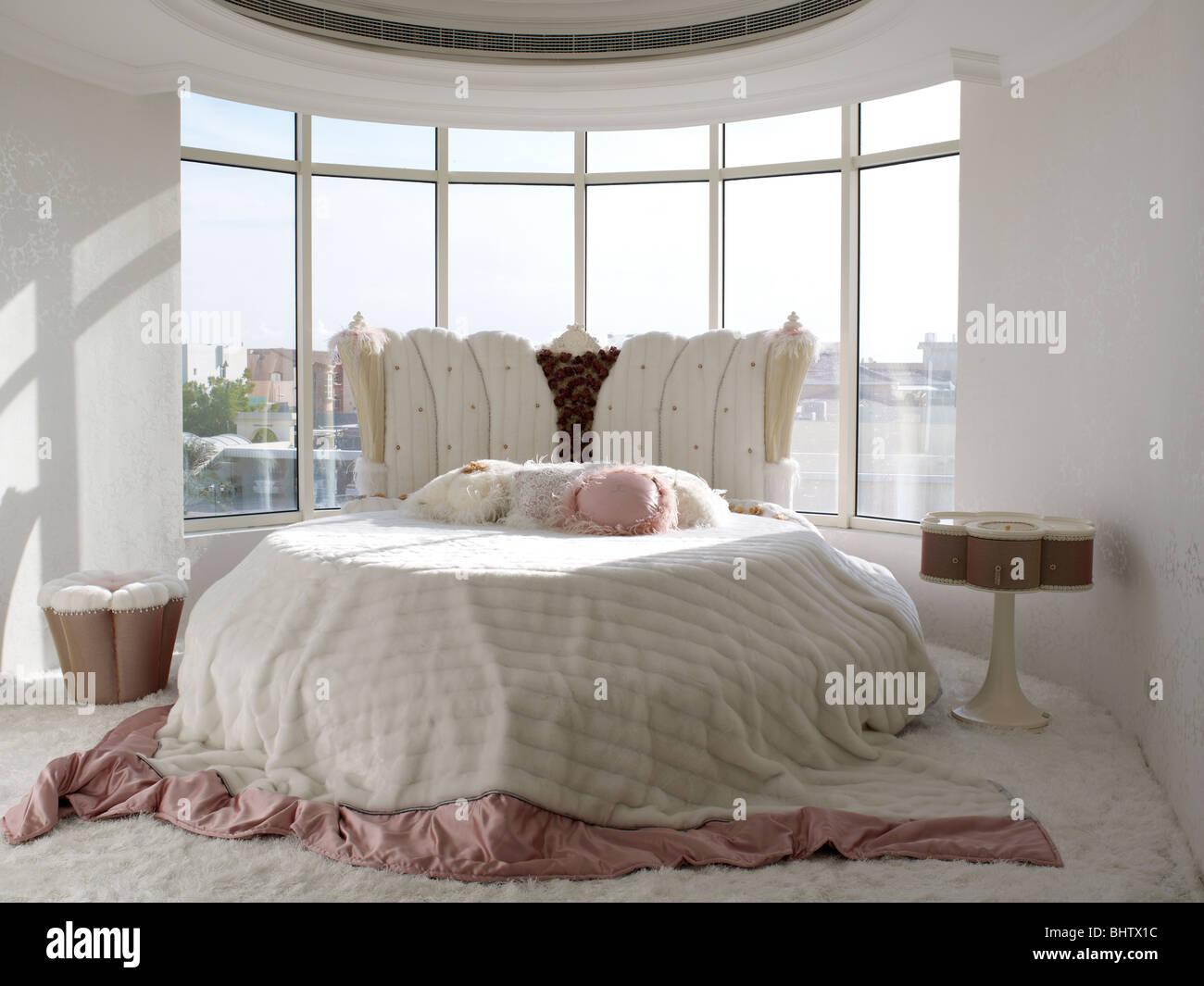 Lussuosa camera da letto con un letto rotondo in un loft a ...