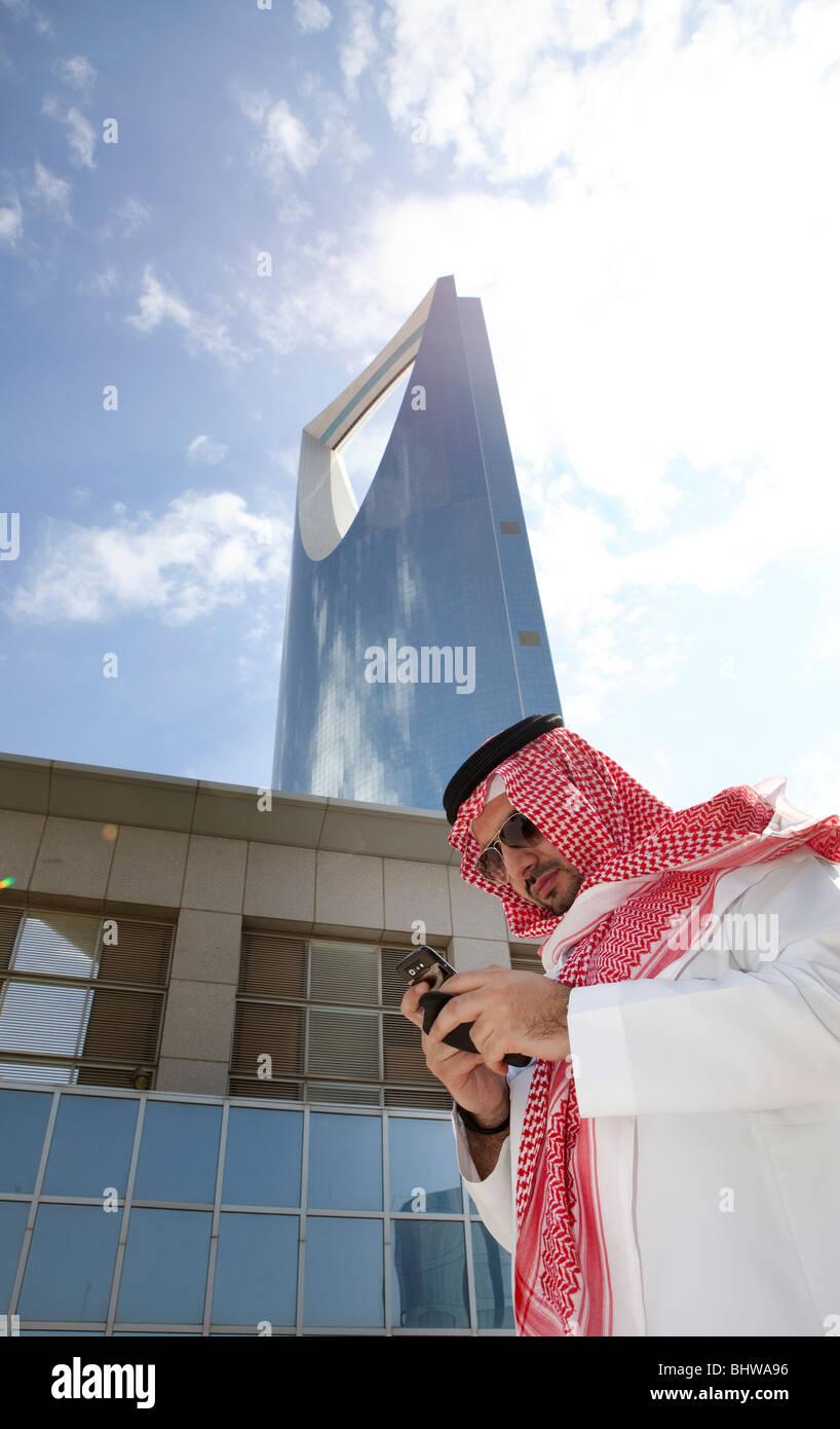 L'uomo tradizionale Kingdom Tower Riyadh Saudi Arabia Immagini Stock