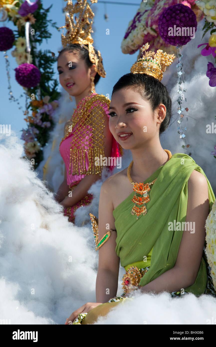 Fiori in mostra, donna asiatica ritratto arte floreale allegramente decorate adornato, sfilata di carri con fiori colorati; xxxiv Chiang Mai Festival dei Fiori. Foto Stock