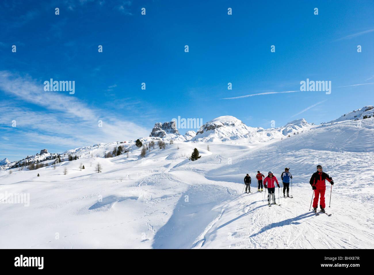 Gli sciatori sulle piste al Passo di Falzarego tra Andraz e Cortina d'Ampezzo, Dolomiti, Italia Immagini Stock